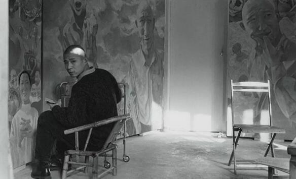 方力钧在圆明园画家村 摄影:徐志伟 1993