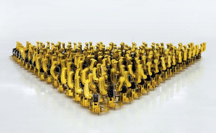 刘辛夷 《自动手臂》273×23×232cm招财猫、电池、螺丝2013©️泰康收藏