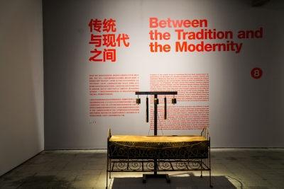 陈箴《持续不断的声音》 160×150×100cm 装置,木头、铁、牛皮、麻绳 1998©️泰康收藏