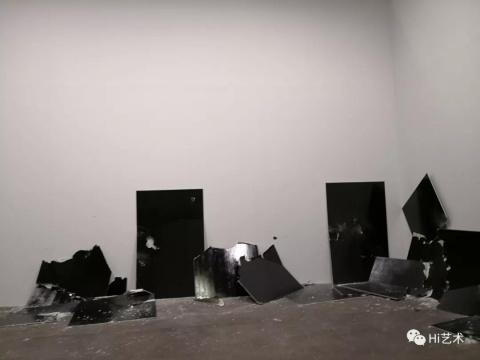 Steven Parrino 2001年的作品《13面破碎的板(为了乔伊·雷蒙)》