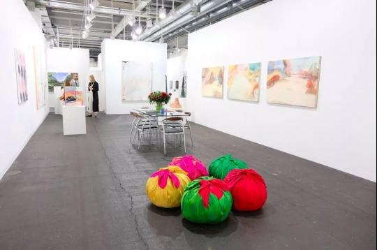 Kewnig画廊廊展位,图片来源:Art Basel官网