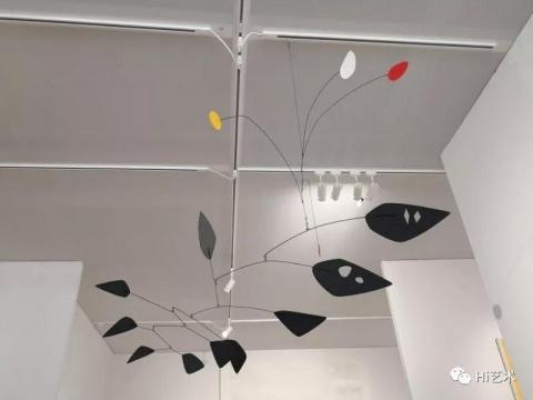 佩斯画廊展示的考尔德动态雕塑,标价860万美元