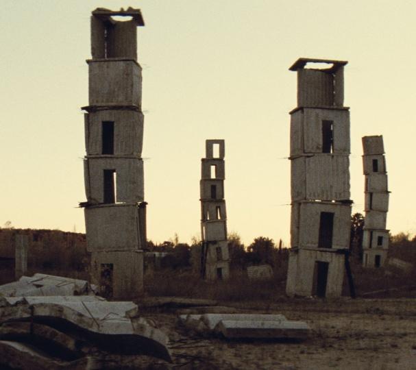 纪录片《故城草木深》中,基弗工作室外田野上的装置作品