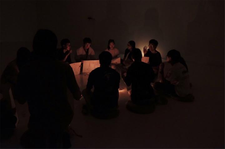 """""""农林共舞台""""展览现场,在秦思源作品所在展厅进行的""""在黑暗中与自己的灵魂促膝长谈""""活动"""