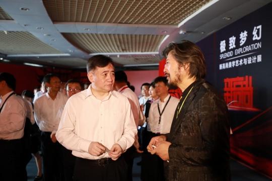 长春市委副书记、市长 刘忻(左)与中国国家画院雕塑院执行院长 王艺(右)在展览现场