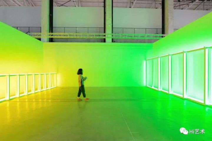 卓纳在2018年的西岸艺术与设计博览会的展位上仅展出丹·佛莱文的一件作品
