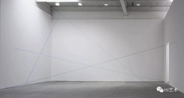 """2018年卓纳的""""极简主义群展""""上Fred Sandback的作品《Untitled (Scultpural Study, Four-part Mikado Construction)》"""