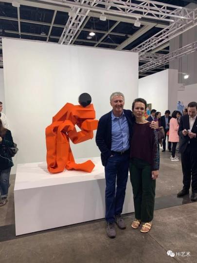 2019香港巴塞尔卓纳画廊展位,大卫·卓纳与艺术家卡罗尔·波威在现场合影,身后为卡罗尔为这次展会特意创作的雕塑作品