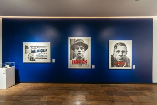 展览现场,博伊斯用多件作品讲述《我爱美国,美国爱我》