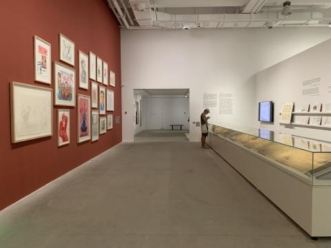 展览现场,右侧长卷为王翚《康熙南巡图》卷六