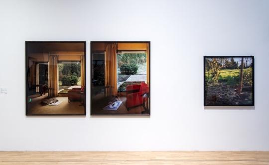 """""""天堂之秋""""展览现场 左为《2000年11月,12月至2001年1月 B1—B2双联》"""