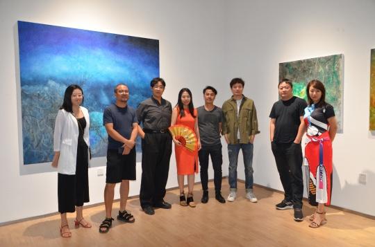 艺术家李瑞(右四)与策展人赵倩颖(左四)