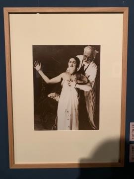 """穆夏第一步""""有声电影""""在布拉格Bio Adria影院上映所绘制海报时,与女儿罗斯拉娃一起为该作品做模特"""