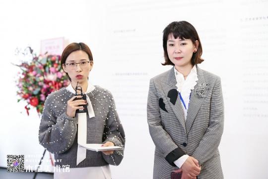 韩国国立现代美术馆前执行馆长李知允(右)在开幕前做媒体导览