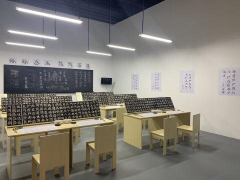 徐冰 《英文方块字书法》教室 综合媒材装置 1994-2019