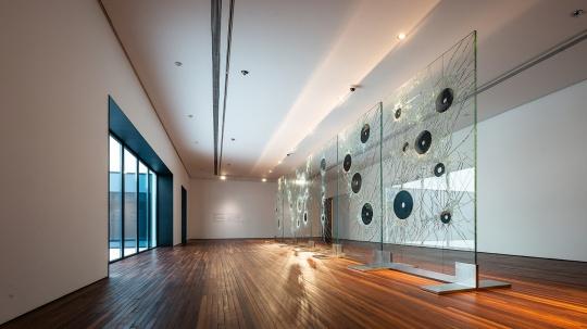 《玉璧星空》330×200 cm 玻璃、玉璧,6件 2018