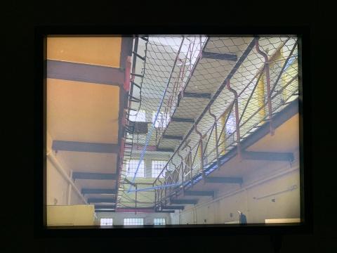《自由之绳》 摄影,灯箱 2016 2016年耿雪在柏林驻留,住在柏林里希菲尔德女子监狱的一个单间里。艺术家用一条很长的蓝色绳带,代表自由的空气,穿梭于不同的单间,打破了原来的禁锢和隔离。