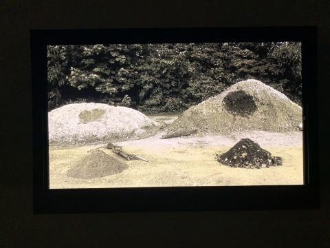 """《土堆》 定格动画 2012  两个土堆先后从自己的""""身体""""上挖出一些土,形成了面前新的小土堆。"""