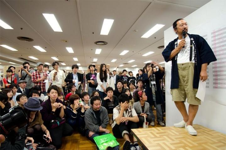 """2011年,在东京天空树下的浅草产业贸易中心台东馆举办了年轻艺术新人的盛典""""'petit'GEISAI #15"""" GEISAI由村上隆于2002年创办,其目的是把它作为""""挖掘职业艺术家的舞台""""以及""""能够随意出售艺术的市场"""",2009年进军中国台湾"""