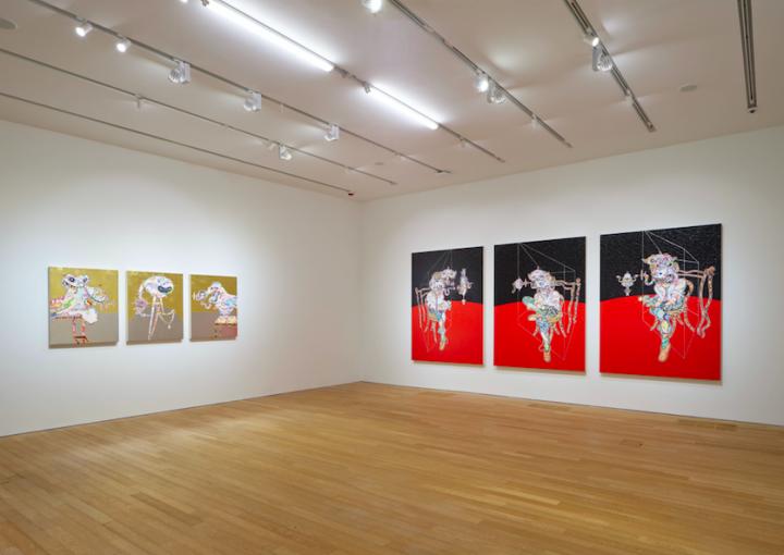 """由左至右:《培根:怪兽》每幅94×74cm(3幅)塑胶彩、金箔、铂金箔、画布、铝合金框 2019 鸣谢:艺术家本人及贝浩登©2019 村上隆/ Kaikai Kiki 有限公司,版权所有。《培根:卢西安·弗洛伊德联系,红和黑》每幅197.8×147.5×5cm(3幅)塑胶彩、铂金箔、画布、铝合金框 2017 D.K.收藏©2017 村上隆/ Kaikai Kiki 有限公司,版权所有。摄影:Kitmin Lee""""村上隆 对战村上隆""""展览场景,赛马会艺方,2019 年6月1日-9月1日"""