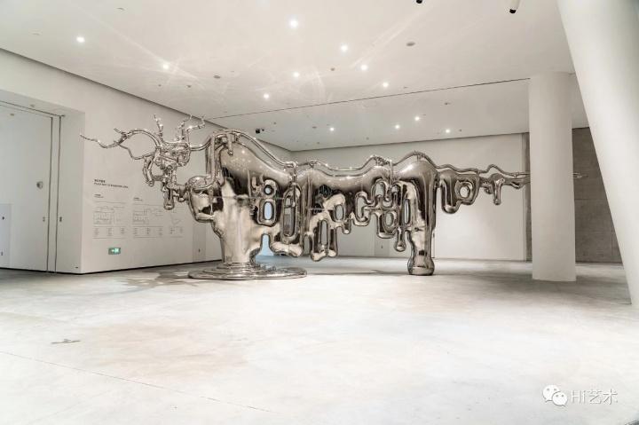 《万物皆牛》1305×258×406cm 不锈钢 2012