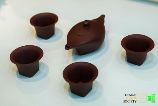 一诚一线 设计师:琚宾,图片提供:设计互联  这两套别具一格的紫砂茶具由建筑设计师琚宾设计,跨界的设计为茶器注入了别样的建筑之美。「一诚」灵感来源于方鼎,浑厚而棱角分明。「一线」灵感来源于中国折扇,以流线的形式致敬建筑大师扎哈·哈迪德。
