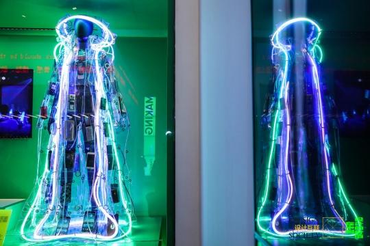 叶锦添 《手机》 2018  借展:神思创作有限公司,图片提供:设计互联  这件概念服装是《云》系列作品的其中一件。该系列以艺术服装从社会热点话题中汲取灵感,以废弃材料为设计原料,试图唤起人们对消费主义、环境变化以及未来的反思。《手机》这件作品使用了23台手机和特殊的发光条,诠释了当代在一个急速互动的社会中,每天都从手机上收到各种信息时的焦虑,以及找寻自我身份认同时的不安。