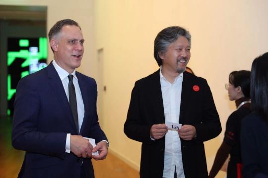 英国V&A博物馆副馆长、首席运营官李傅廷与土楼公社合伙人之一、建筑师刘晓都在展览现场