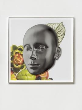 凯瑟琳·安德鲁斯 《图提芙蒂现代(阳光少女)》 111.8x111.8x5.1cm 铝,玻璃,墨水,纸 2019