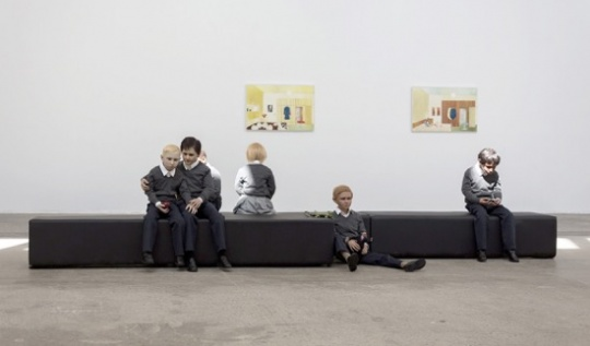 黎薇《在很久很久以前》 尺寸可变 6个硅胶着色儿童、道具、沙发凳 2019