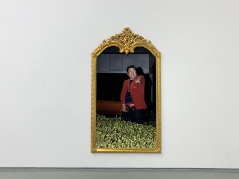 曹雨《尤物》250×140cm 有色印刷、油画框 2019