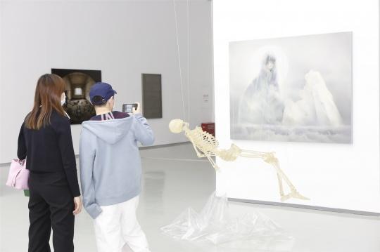宋琨《泛灵境界-灵隐者No.2》180×140cm 布面油画 2019  《泛灵净界-赛博格遗骸》250×150×120cm 水晶树脂、透明综合材料、LED 2018