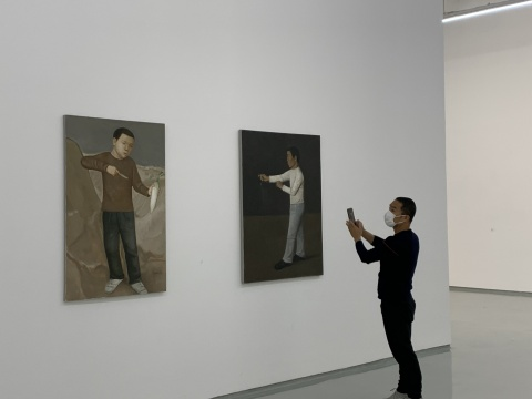段建伟《萝卜》130×85cm 布面油画 2012 《捕蛇者》130×110cm 布面油画 2011