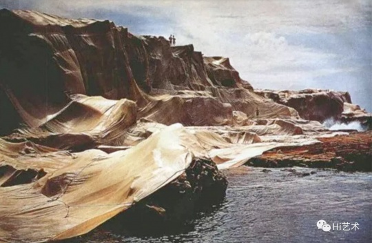 美国艺术家克里斯托和珍妮·克劳德(Christo and Jeanne-Claude)夫妇1969年在澳大利亚悉尼创作的大地艺术作品《包裹海岸》