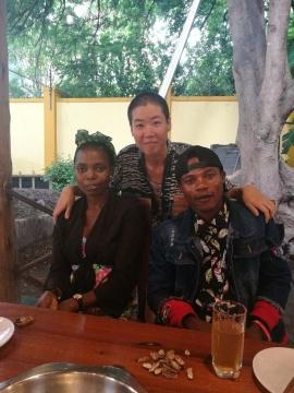 疫情爆发之前,刘冰和朋友们在当地的中餐厅