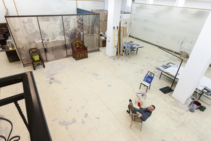 李津在工作室(摄影:董林)