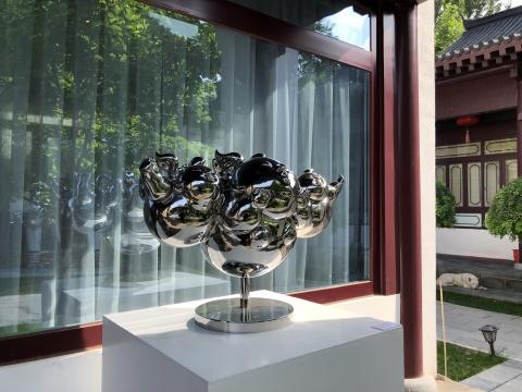位于察哈尔学会的崇德美术馆高孝午展览现场,此处更像是园林