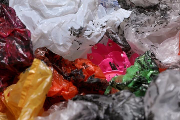 《国际歌》 200×150cm 塑料垃圾袋、生日小莲花、三色编织袋 2018