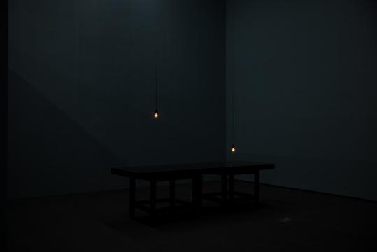 王功新《对话》 300x100x89cm 桌子、铁容器、灯泡、马达、墨水 1995© 王功新 红砖美术馆展览现场 图片由红砖美术馆提供