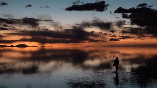 安·罗夏《此时此地》(录像静帧)4K彩色影像,4.19小时影像-行为2018玻利维亚乌尤尼盐沼© 安·罗夏