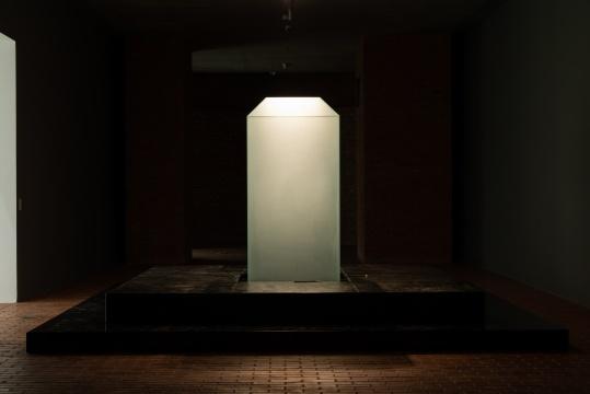 宋冬《界碑》222x360x360cm互动行为装置,无色喷砂玻璃、黑色青石、水、毛笔2020© 宋冬  红砖美术馆展览现场  图片由红砖美术馆提供