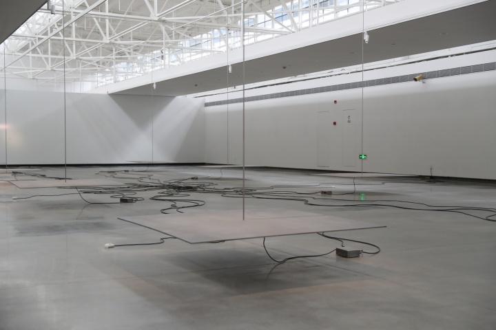 《电磁装置》尺寸可变 喷砂钢板、不锈钢杆、电磁铁、控制器、磁铁驱动器、红外传感器、电源 1997