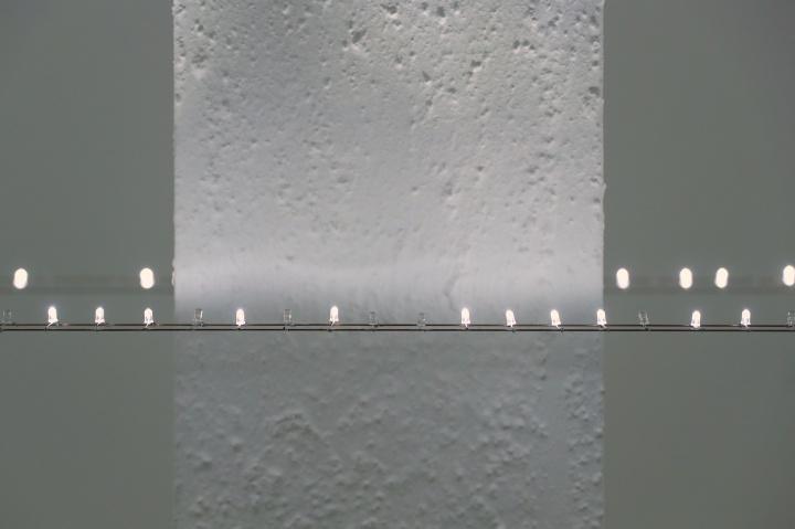 《LED地平线》24.3×1×0.5m闪烁白色LED模组、铜焊丝不锈钢丝、不锈钢砝码、不锈钢结构、电源、电线 2020