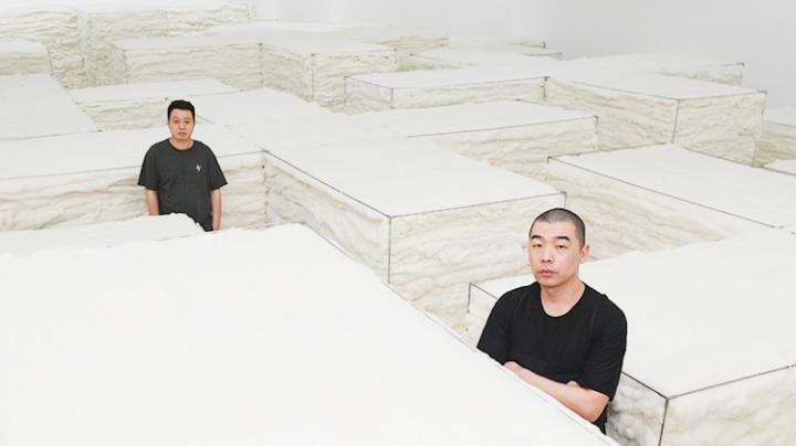 """崔灿灿和赵赵在""""白色""""展览现场"""