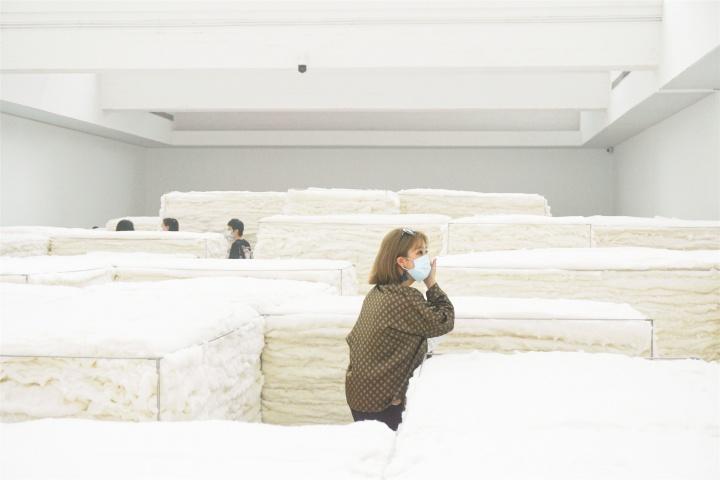 """""""白色""""展览现场的观众"""