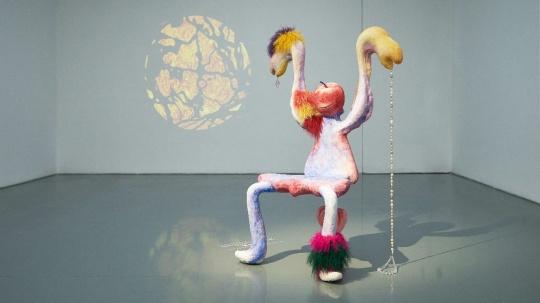 费亦宁 《她成为了筋肉霸王花》 75×88×160 cm 泡沫、木头、水彩'、珠子、羊毛、灯泡、电线、喷漆、树脂 2020