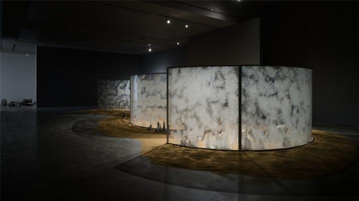 梁绍基 《月庭》 200×1450×620cm 亚克力板,丝,镜子,钢板,不锈钢板,茧,砂 2014-2016