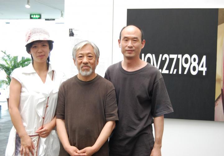 2007年刘港顺(右)和栗宪庭先生(中)在宋庄美术馆