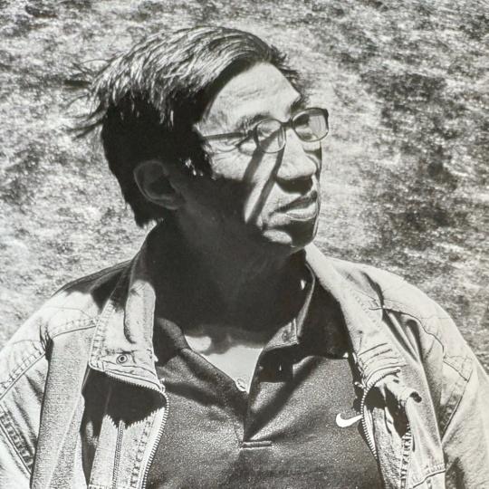 梁绍基  1945年生于上海,1986年至1989年研修于浙江美术学院(今中国美术学院)万曼壁挂艺术研究所,师从保加利亚著名艺术家万曼研究软雕塑。