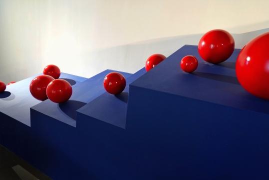 《克洛岱尔:球会向右滚落吗?》局部,木板、金属球等,150x300x1000cm,2020,摄影师:程世达